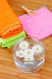 2 красочных полотенца рядом с шаром воды с цветками Стоковые Фотографии RF