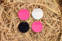 4 красочных плиты магнита на предпосылке сена Стоковое Изображение