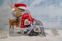 2 красочных сердца на санях и северном олене - волшебстве рождества Стоковая Фотография