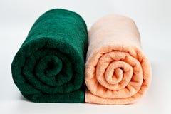 2 красочных чистых полотенца хлопка изолированного на белизне Стоковое Фото