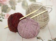 3 красочных шарика пряжи шерстей с деревянными иглами Стоковая Фотография RF