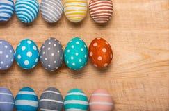 12 красочных handmade пасхальных яя на деревянной предпосылке с правом космоса плоский стиль положения Стоковые Изображения RF