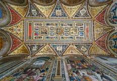 Красящ на потолке в библиотеке Piccolomini в соборе Сиены, Италия стоковые фото