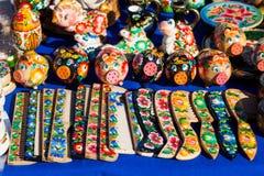 Крася деревянные сувениры Стоковое фото RF