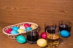 Крася покрашенное воском пасхальное яйцо Стоковые Фото