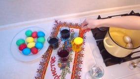 Крася покрашенное воском пасхальное яйцо акции видеоматериалы