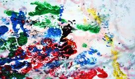 Крася черные красные цвета и оттенки желтого зеленого цвета голубые мягкие Абстрактная влажная предпосылка краски Пятна картины стоковое изображение rf