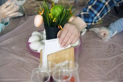 Крася яйца Подготовка для пасхи Варить для пасхи стоковое фото rf