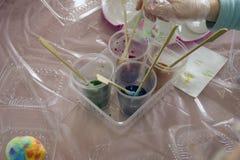 Крася яйца Подготовка для пасхи Варить для пасхи стоковые изображения