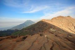 Кратер вулкана Kawah Ijen, Индонезии стоковая фотография