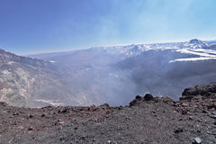 Кратер вулкана Lascar с фумаролами Стоковые Фотографии RF