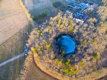 Кратер метеорита Kaali главный с окрестностями в saaremaa Эстонии Стоковое фото RF