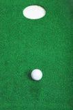 краткость отверстия гольфа шарика Стоковые Фотографии RF