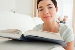 краткость чтения книги близкая с волосами вверх по женщине стоковые фото