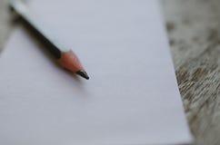 Кратко белая бумага и карандаш помещенные на увяданной старой деревянного стола Стоковая Фотография