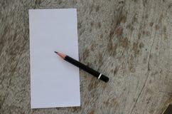 Кратко белая бумага и карандаш помещенные на увяданной старой деревянного стола Стоковая Фотография RF