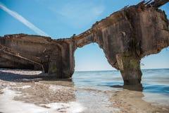 Крах sunken корабля на пляже в песке Стоковая Фотография RF