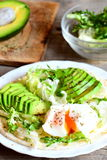 Краденное яичко, куски авокадоа, смешивание салата, соус, специи в tortilla муки Авокадо половинный на деревянной доске, смешиван Стоковая Фотография