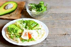 Краденное яичко, куски авокадоа, смешивание салата, соус, специи в tortilla Авокадо половинный на деревянной доске, смешивание са Стоковые Фото
