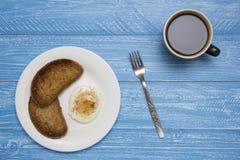 Краденное яичко с 2 здравицами и кофе Стоковые Изображения