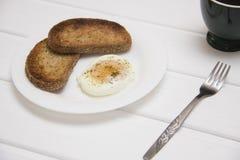 Краденное яичко с 2 здравицами и кофе Стоковое Изображение RF