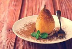 Краденные груши с какао и мятой на белой плите Стоковое Изображение