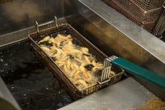 Креветка в крошках варя на глубоком fryer Стоковое фото RF