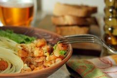 Креветка и лапша обедают на таблице с чаем и провозглашанным тост хлебом Стоковое Изображение RF