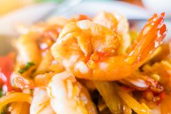 Креветка крупного плана, stir-зажаренная креветка и базилик на плите тайское еды пряное Стоковое Фото