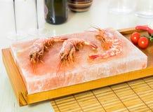 Креветка на гималайском блоке соли Стоковая Фотография RF