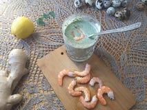 Креветки в зеленой тэмпуре крапив, варя вегетарианскую еду стоковое фото
