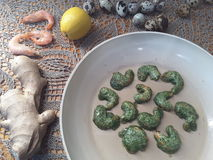 Креветки в зеленой тэмпуре крапив, варя вегетарианскую еду стоковые фото