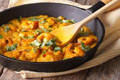 Креветки в соусе карри в конце-вверх сковороды горизонтально стоковые фотографии rf
