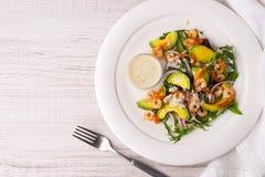 Креветки и салат авокадоа на белой плите с вилкой Стоковое фото RF