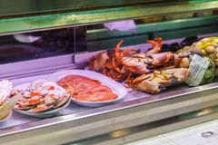 Креветки, крабы и моллюск в окне магазина Мальорка, Испания стоковое изображение