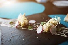 Креветки тигра в китайских лапшах с соусом на черной плите Азиатская предпосылка еды Еда концепции Место ресторана с деревянными  Стоковое Изображение