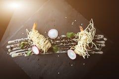 Креветки тигра в китайских лапшах с соусом на черной плите Азиатская предпосылка еды Еда концепции Место ресторана с деревянными  Стоковое фото RF
