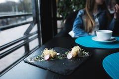 Креветки тигра в китайских лапшах с соусом на черной плите азиатская еда принципиальной схемы Люди на предпосылке в месте рестора Стоковое Изображение