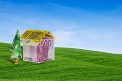 кредитки построили зеленый лежать дома hil Стоковые Фотографии RF