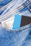 Кредитная карточка денег и в кармане джинсов Финансы и банк стоковое фото rf