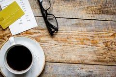 Кредитная карточка для оплачивать, кофе и проверки на bac стола кафа деревянном Стоковое Изображение RF