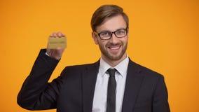 Кредитная карточка золота успешного мужского показа неограниченная и подмигивать, клиент vip видеоматериал