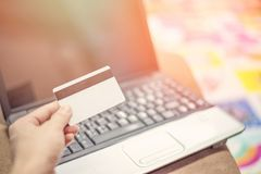 Кредитная карточка и использование концепции легкой оплаты ноутбука онлайн ходя по магазинам стоковое изображение