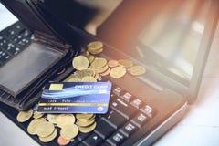 Кредитная карточка на концепции легкой оплаты ноутбука онлайн ходя по магазинам - бумажник и монетки задолженность кредитной карт стоковое изображение