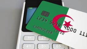 Кредитная карточка отличая флагом Алжира и терминала оплаты POS Алжирская банковская система или розничная родственная 3D анимаци сток-видео