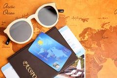 Кредитная карточка с пасспортом и билет на каникулы стоковое изображение rf