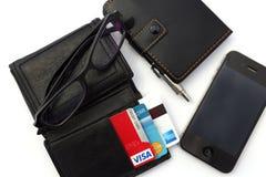 Кредитные карточки в бумажнике на таблице с мобильным телефоном Стоковое фото RF