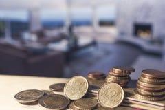 Кредитные карточки и евро чеканят на светлом деревянном столе Стоковое фото RF