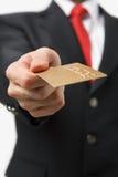 кредит карточки бизнесмена давая золото Стоковое Изображение