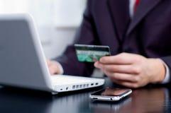 кредит карточки бизнесмена его используя Стоковые Изображения RF